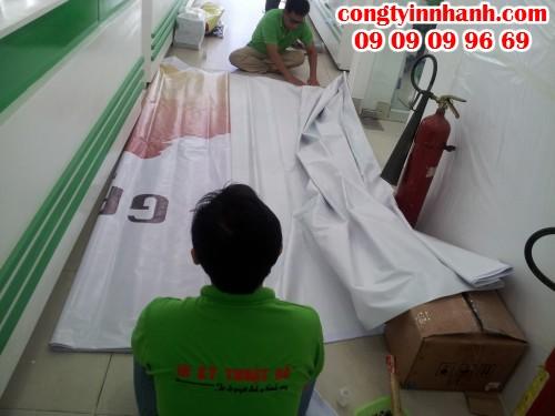 Nhân viên gia công của Công ty In Nhanh trực tiếp gia công thành phẩm backdrop cho khách hàng