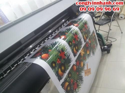 In decal dán kính họa tiết Giáng Sinh trực tiếp bằng máy in bế Mimaki Nhật Bản chất lượng cao tại Công Ty In Nhanh