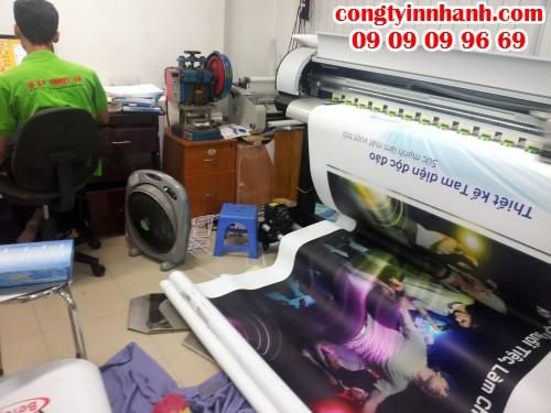 Poster banner PP đang được in trên máy in mực nước cho chất lượng hình ảnh rõ nét, màu sắc tươi sáng